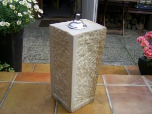 Hier hab ich eine Steinfackel aus Sandstein gefertigt. Höhe 50 cm, 25 x 25 cm Die Seiten sind strukturiert. Die Fackel brennt mit Lampenoil ( Petrolium )