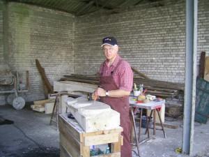 hier entsteht eine Skulptur aus Sandstein bei einem Treffen der KAB Steinmetze in Bardel
